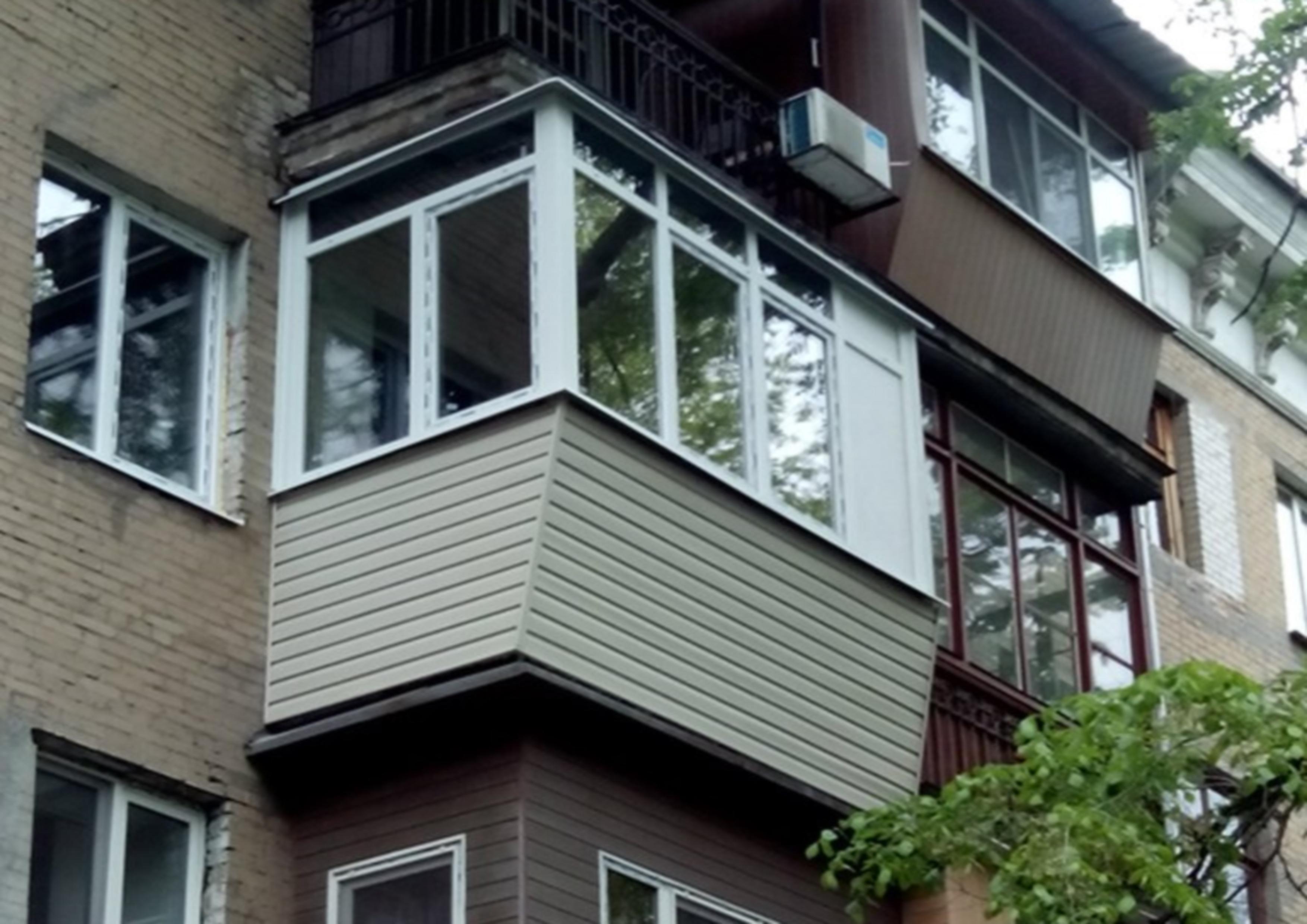 """Балкон с выносом по подоконнику """" салон окон и дверей."""